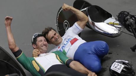 Los ciclistas Ernst van Dyk (izquierda), de Sudáfrica, y Alessandro Zanardi, de Italia, oro y plata en los Juegos Paralímpicos de Río, respectivamente, celebran su triunfo el 15 de septiembre de 2016.