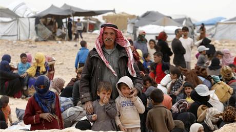 Refugiados sirios atrapados entre las fronteras de Jordania y Siria esperan entrar en territorio jordano el 4 de mayo de 2016.