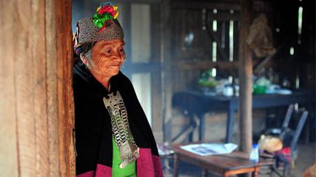 Una machi, tradicional curandera y líder religiosa mapuche, en su casa de la Araucania, al sur de Chile
