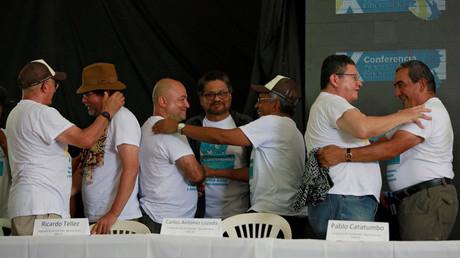 Los líderes de las FARC se saludan tras una conferencia de prensa en el campamento donde se preparan para ratificar el acuerdo de paz con el Gobierno de Colombia.