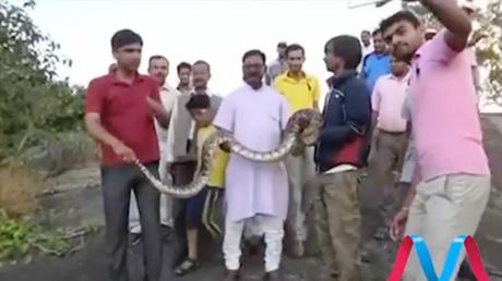 'Una sonrisita para la cámara': 'Selfie' con una serpiente se convierte en tragedia