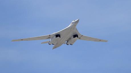 Un avión militar Túpolev Tu-160 en vuelo