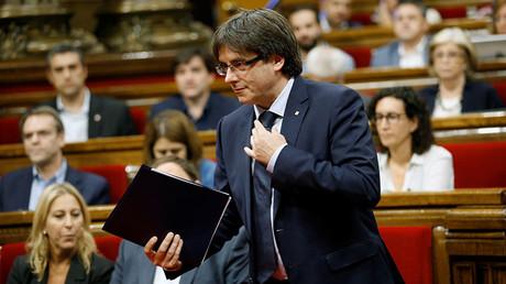 El presidente de la Generalitat, Carles Puigdemont, durante el debate de la cuestión de confianza en el Parlament