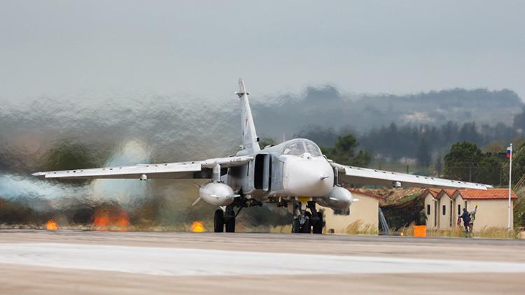 Un bombardero Su-24 de las Fuerzas Aeroespaciales de Rusia en la base aérea de Jmeimim, en Siria