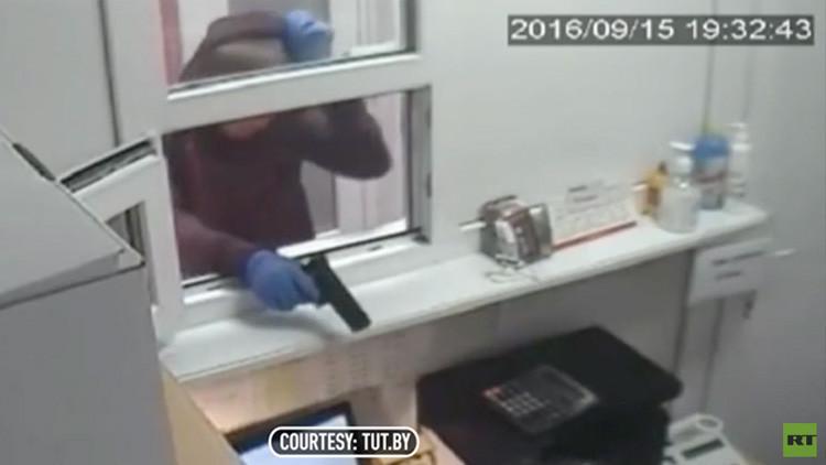 Video: Una cajera impávida hace frente a los ladrones de una casa de empeños