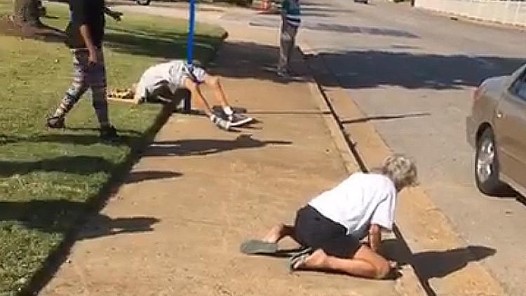Graban y transmiten en Facebook cómo una pareja drogada se desmaya en la calle (VIDEO18+)