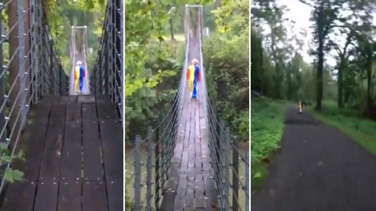 VIDEO: Un payaso persigue a dos jovenes cuchillo en mano en mitad de un bosque