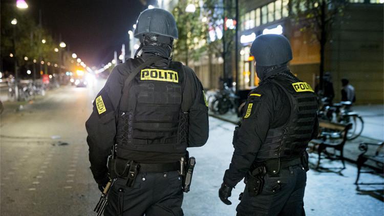 Fuerzas del orden danesas durante el partido eliminatorio entre Dinamarca y Suecia para acceder a la Eurocopa 2016, estadio Parken de Copenhague, Dinamarca, 17 de noviembre de 2015