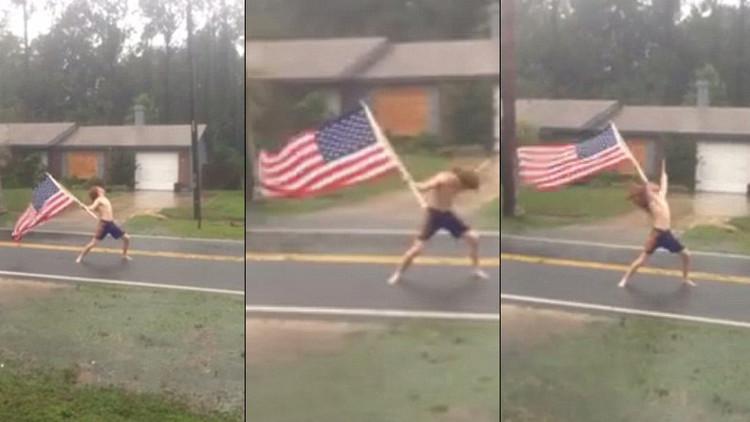 Video: Un joven semidesnudo 'desafía' al huracán Matthew con una bandera estadounidense