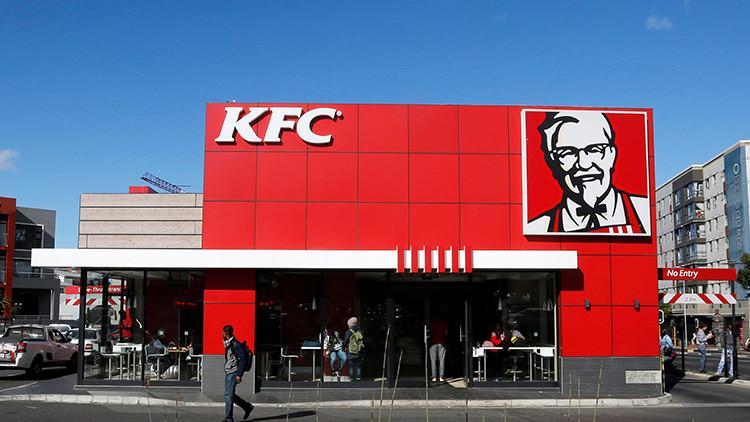 IMPACTANTE VIDEO: Un niño estadounidense encuentra gusanos en su pollo de KFC