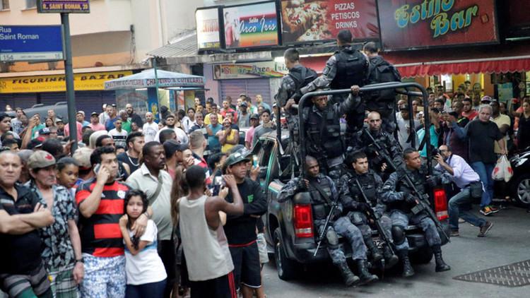 Un narcotraficante cae al vacío en un enfrentamiento contra la Policía en Brasil (FUERTE VIDEO)