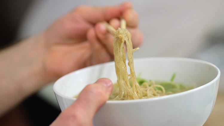 Un niño descubre una repugnante sorpresa flotando en su sopa de ramen