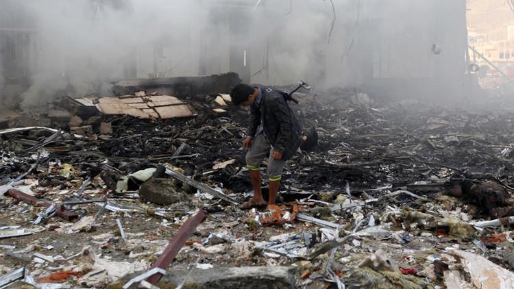 Un yemení inspecciona los escombros de un edificio destruido tras un ataque aéreo contra un funeral en Saná, el 8 de octubre