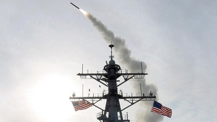 Un misil Tomahawk se lanza desde el destructor USS Winston S. Churchill