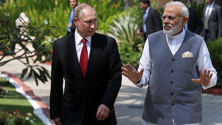 Putin y otros líderes del BRICS aparecen ante las cámaras con trajes indios (FOTO)