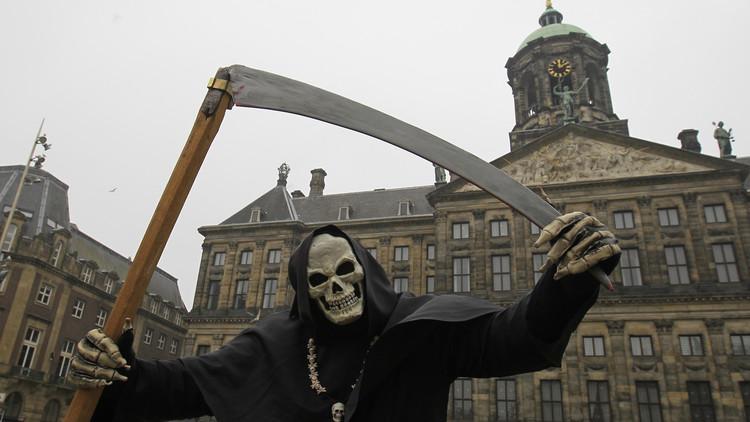 Un artista callejero actuando en una plaza de Amsterdam