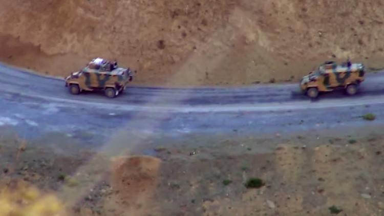 Video: Militantes kurdos destruyen un vehículo blindado de un convoy militar turco