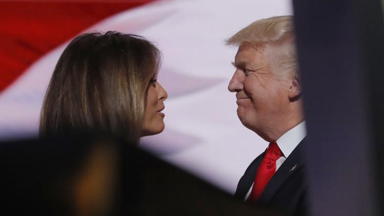 El candidato presidencial por el Partido Republicano, Donald Trump, sonríe junto a su esposa después del discurso brindado en la Convención Nacional del partido en Cleveland. Ohio.  21 de julio de 2016.