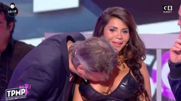Video: Besa a una actriz en un pecho en vivo y desata críticas por acoso sexual