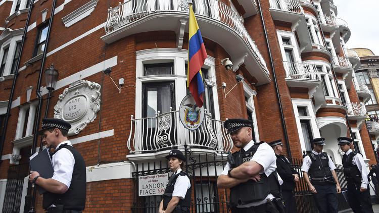 Gobierno de Ecuador reconoce que restringió el acceso a Internet a Julian Assange