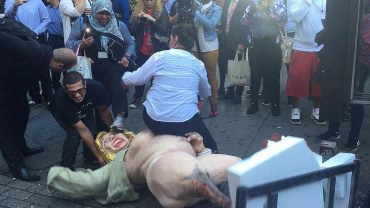 Video: Una estatua de Hillary Clinton desnuda provoca peleas en el centro de Nueva York