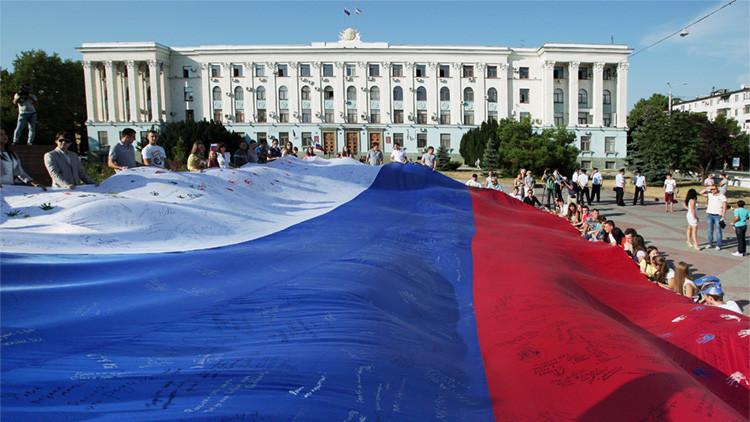 Los habitantes de la ciudad de Simferópol, en Crimea, durante la celebración del Día de la Bandera Rusa.