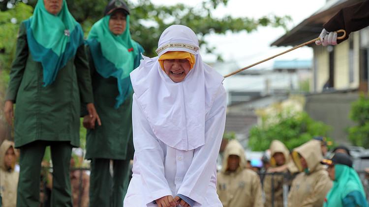 Una joven indonesia es azotada en público por situarse demasiado cerca de su novio