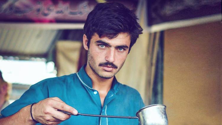 Un vendedor paquistaní de té se convierte en toda una sensación en Internet (FOTOS)