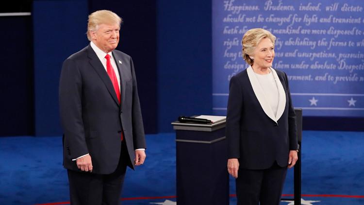Los aspirantes a la Casa Blanca Donald Trump y Hillary Clinton, en el segundo debate en la Universidad de Washington en Saint Louis, Missouri el 9 de octubre de 2016.