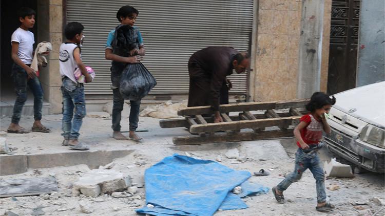 Combatientes desarmados y civiles heridos empiezan a abandonar Alepo por vías humanitarias