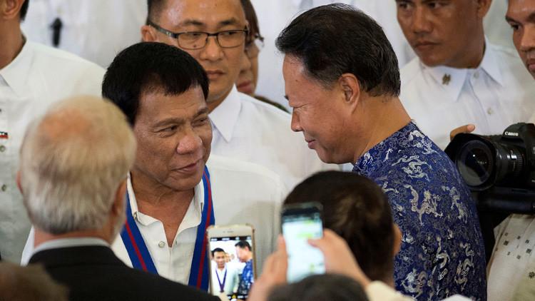 """El presidente filipino """"dice adiós"""" a la dominación de EE.UU."""