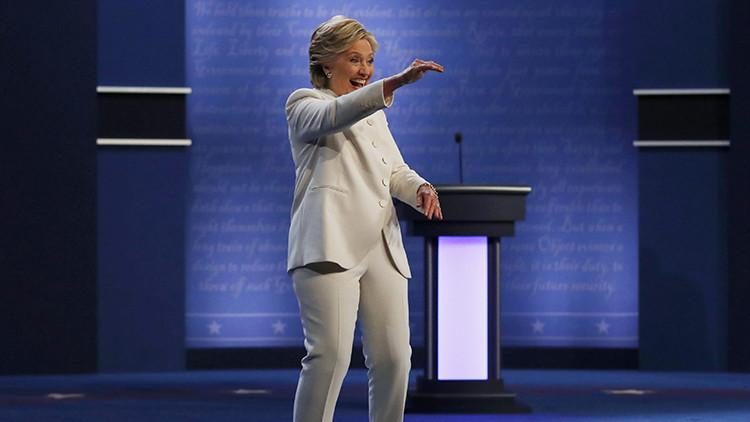Hillary Clinton realiza extraños movimientos con la cabeza y desata la polémica en Internet