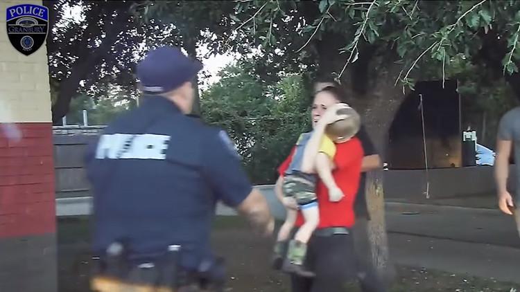 Video: Un policía salva la vida de un niño de 3 años inconsciente y sin respiración