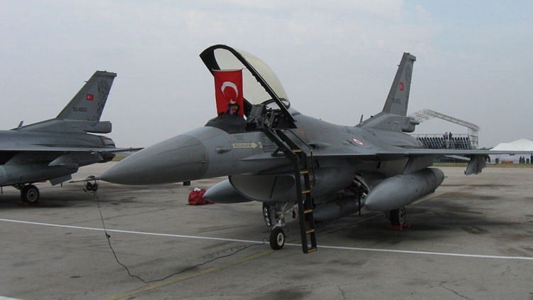 """Siria derribará """"cualquier avión militar"""" de Turquía que sobrevuele su espacio aéreo"""