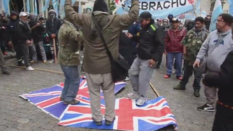 Video: Queman en Argentina banderas del Reino Unido en protesta por las maniobras en las Malvinas