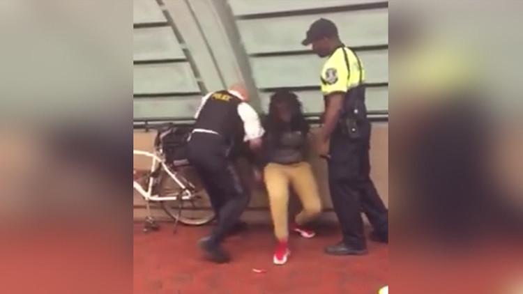 Video: Detienen a una joven afroamericana por comer en un metro de EE.UU.