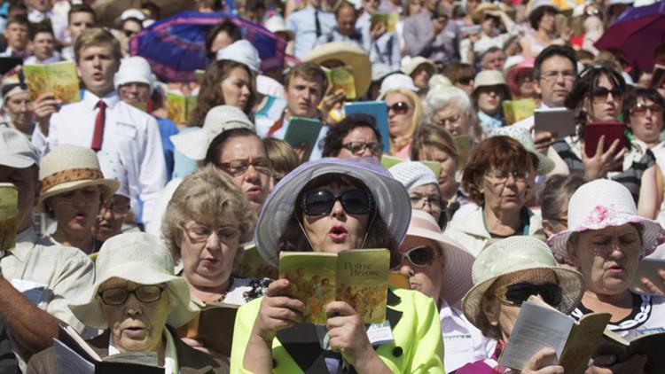Numerosos testigos de Jehová rezan durante un congreso regional en el estadio Traktar, Minsk, Bielorrusia, 24 de julio de 2015.
