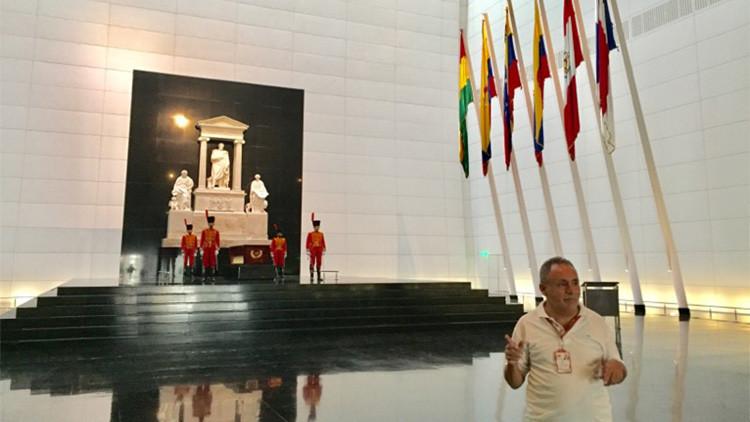 El guía más antiguo del Panteón Nacional empezó limpiando la tumba de Simón Bolívar