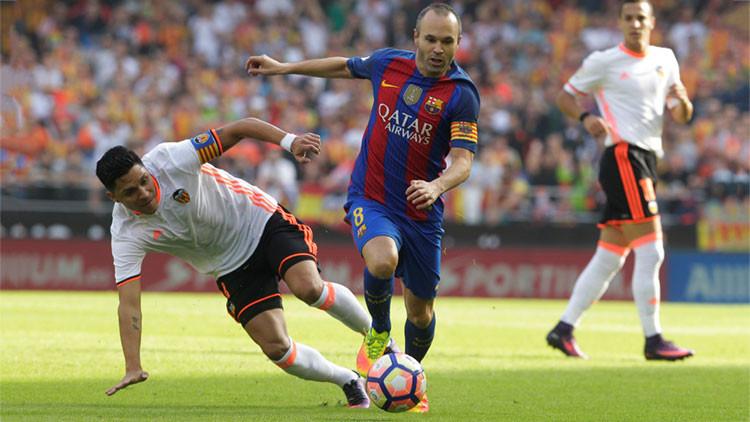 El futbolista Andrés Iniesta sufre una horrible lesión de rodilla (Video)