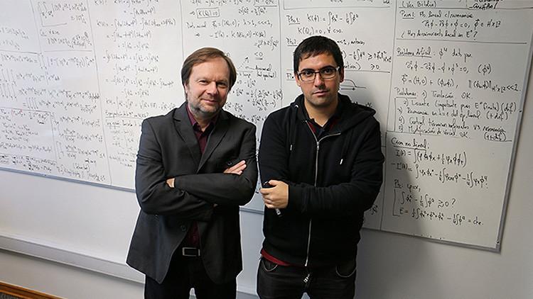 Michał Kowalczyk y Claudio Muñoz junto a parte de los cálculos usados para descifrar este misterio de más de cuatro décadas de existencia.