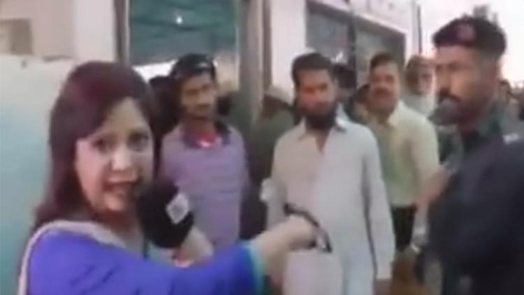 Policía golpea brutalmente a una periodista en vivo — YouTube