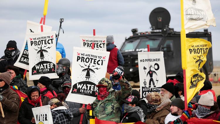 EE.UU.: Detienen a más de 80 personas que protestaban contra la construcción de un oleoducto