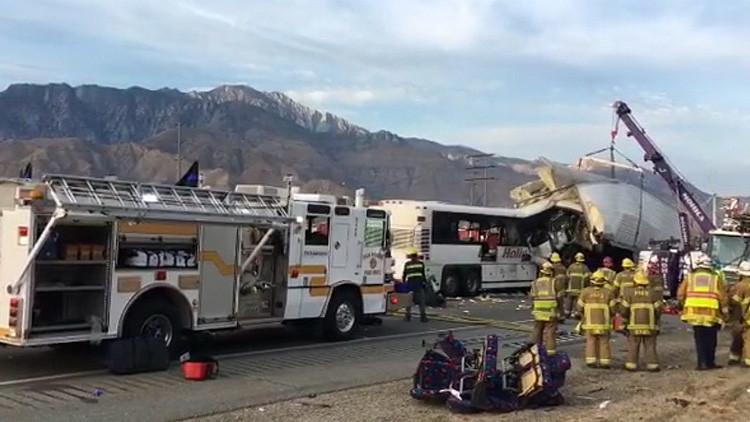 Al menos once muertos al chocar un autobús turístico con un camión de carga en California