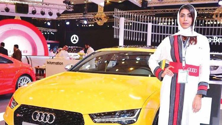 Arrestan a varias modelos en Arabia Saudita por tomarse fotos con autos de lujo