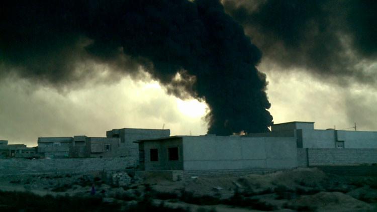 Video: Yihadistas crean una cortina de humo al incendiar plantas de azufre y petróleo en Mosul