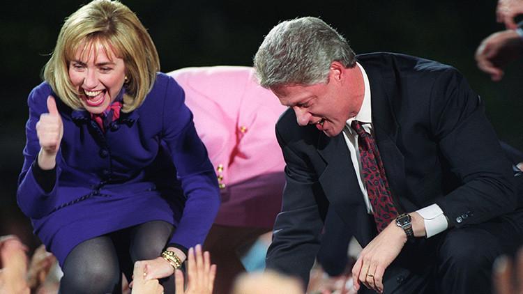 Video: Dramático momento en que Bill y Hillary Clinton evitan de milagro una tragedia en televisión