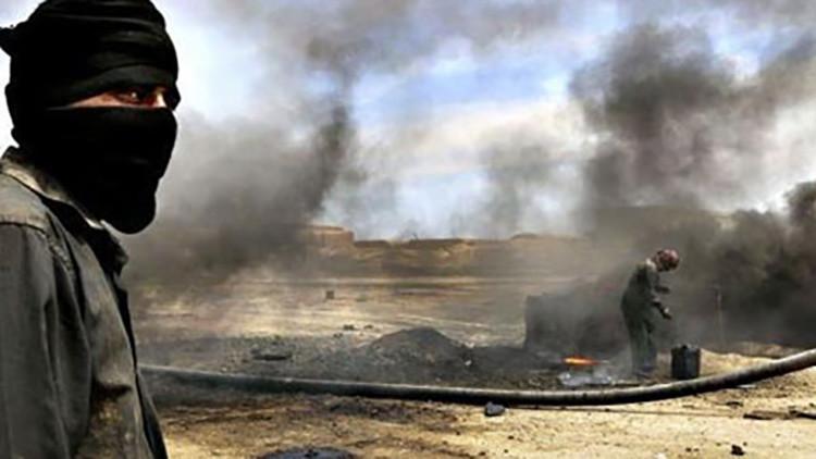 Militantes del Estado Islámico queman vivos en petróleo a desertores