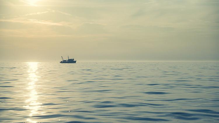 Pesquero se incendia en el Pacífico con 52 marineros a bordo tras colisión con otro barco