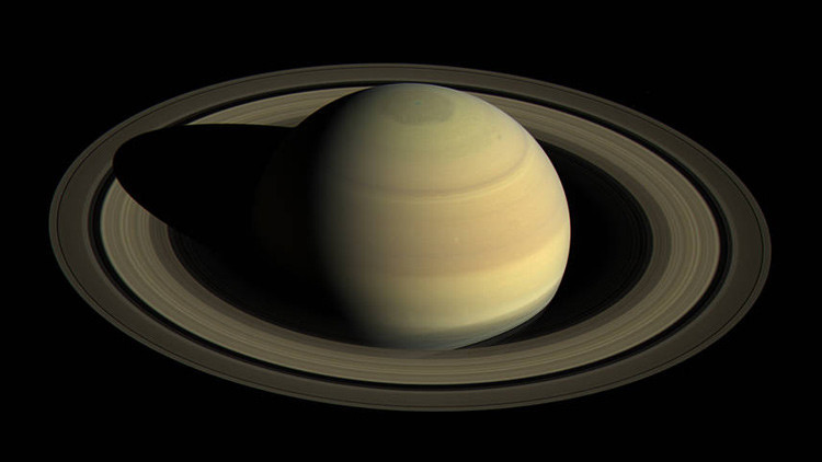 El misterioso hexágono de Saturno cambia de color (FOTOS Y VIDEO)