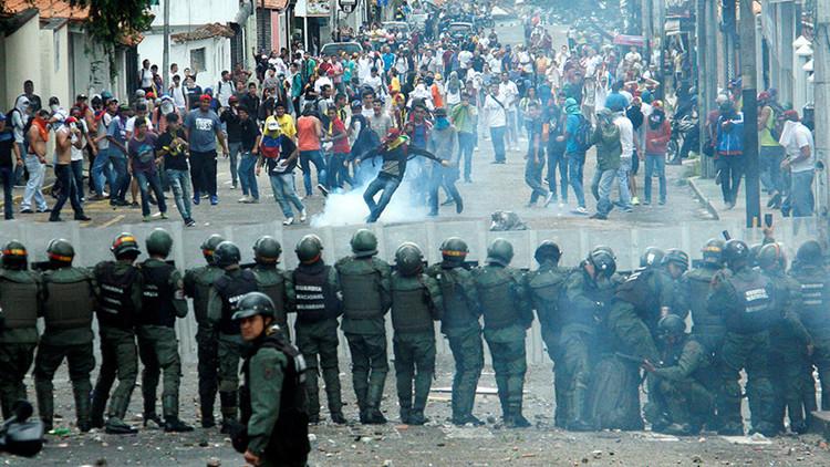 Un muerto y cuatro heridos dejan protestas violentas de la oposición en Venezuela
